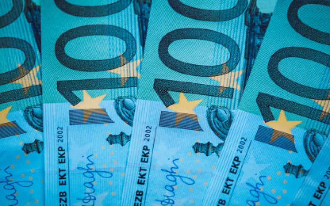 Euro cae frente al dólar a mínimos de cuatro meses