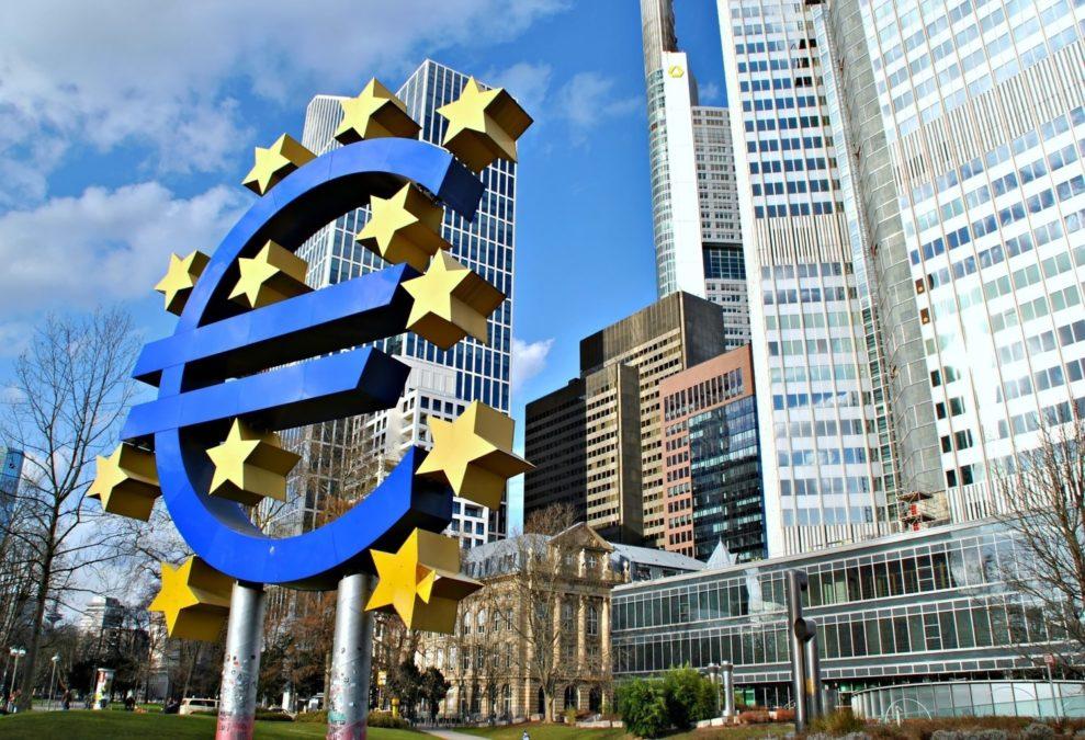 Lagarde abre las puertas para que política del BCE se alinee con la de la Fed