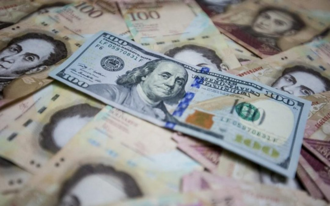 El bolívar se devaluó en promedio 1,3% diario frente al dólar durante el primer mes del 2021