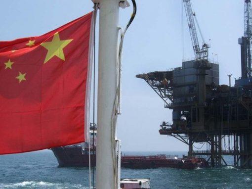 El crudo cae mientras China evalúa intervención para aliviar crisis del carbón
