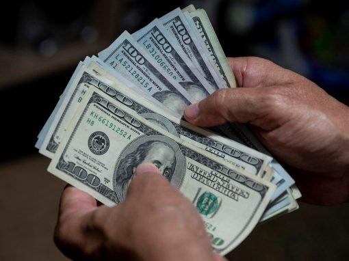 Bloomberg: Hombres armados y bolsas llenas de dólares en efectivo representan el primitivo mercado de bonos en Venezuela