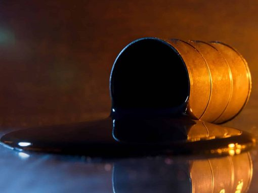 Petróleo retrocede luego de tocar su mayor nivel desde 2018