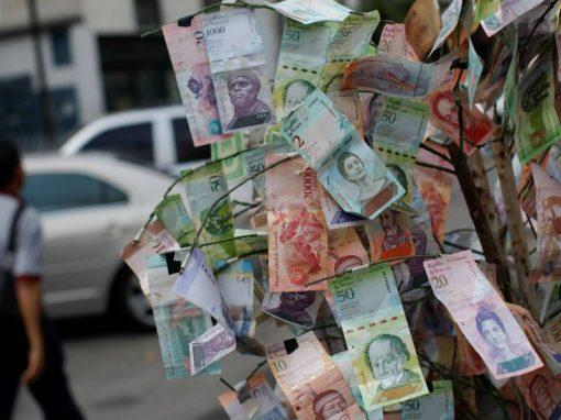 """Los comerciantes venezolanos crearon una """"tercera tasa"""" del dólar para no correr riesgo de devaluación"""
