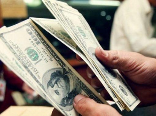 Dólar opera cerca de mínimos de dos meses y medio