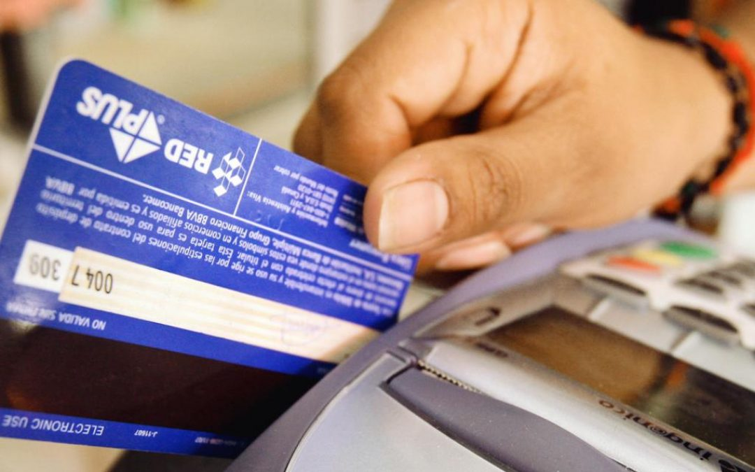 Reuters: Bancos venezolanos comenzaron a emitir tarjetas de débito para las cuentas en dólares