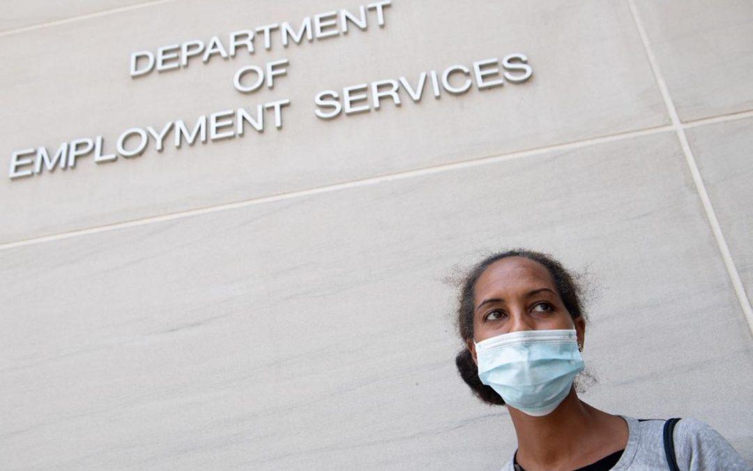 Solicitudes semanales de desempleo en EEUU cayeron más de lo esperado