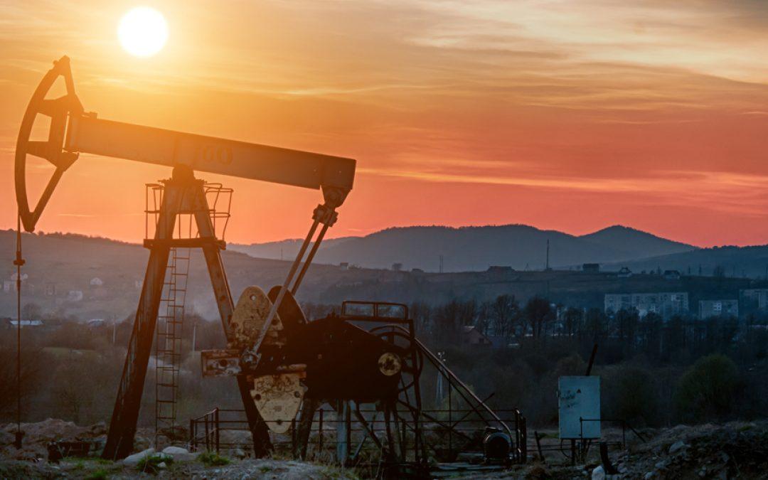 Petróleo aumenta tras dato inventarios EEUU y alza precios gas