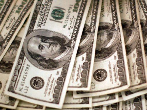 Dólar opera cerca de su menor nivel en un mes