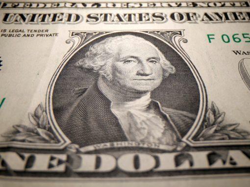 Dólar opera cerca de mínimos de más de dos semanas