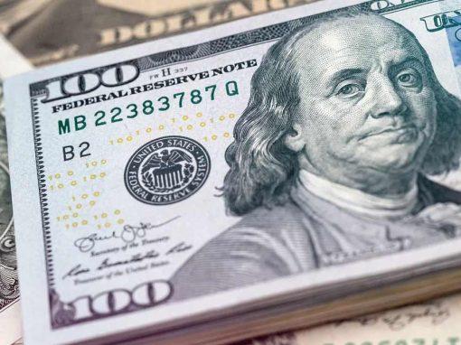 Dólar se mantiene al alza antes de discurso de Powell