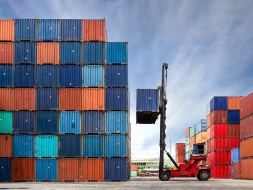 En España el déficit comercial cae un 49% en enero