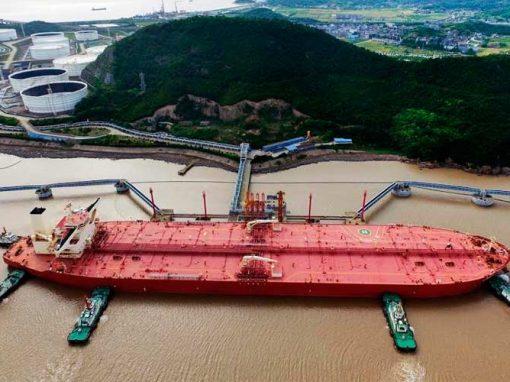 Importaciones de petróleo de China caen en abril por recortes de producción